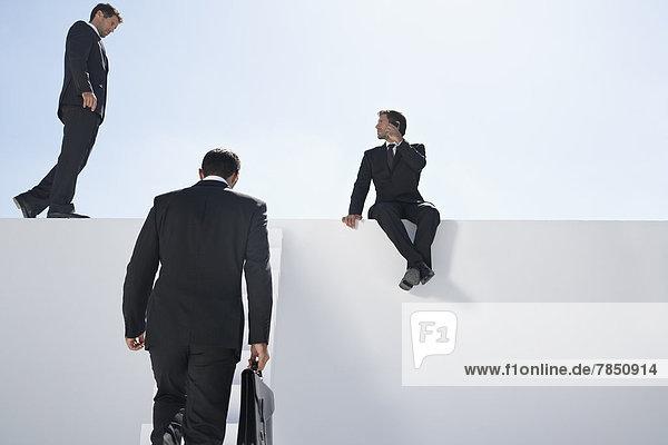 Geschäftsleute beim Treppensteigen und telefonieren mit dem Handy