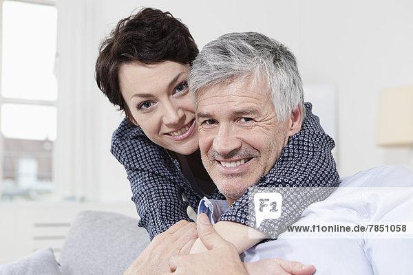 Deutschland  Bayern  München  Porträt des Paares umarmend  lächelnd