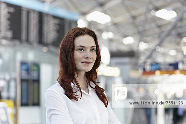 Junge Frau am Flughafen