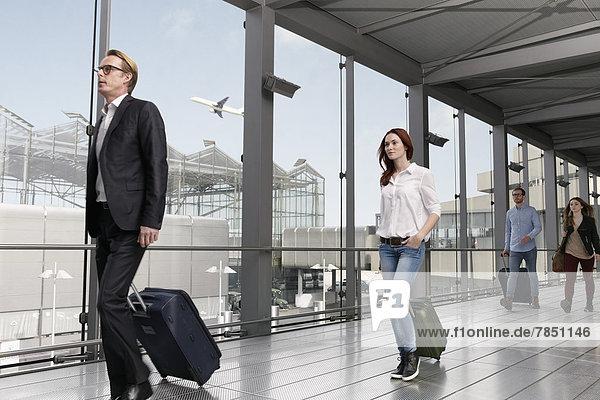 Deutschland  Köln  Menschen mit Gepäck am Flughafen