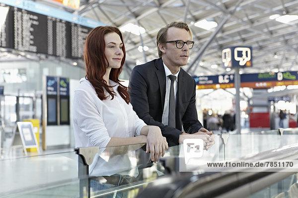 Junge Frau und reifer Mann am Flughafen