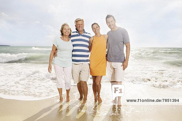 Spanien  Portrait der Familie am Strand von Palma de Mallorca  lächelnd
