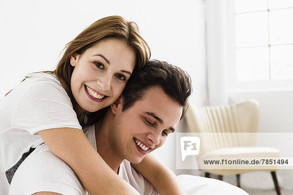 Junges Paar  das sich umarmt  lächelnd