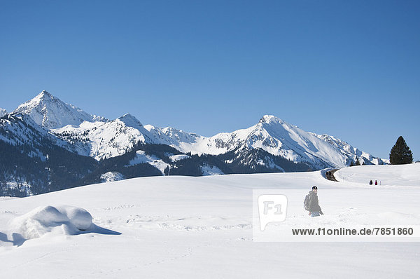 Österreich  Frau beim Wandern in den Tannheimer Alpen im Winter