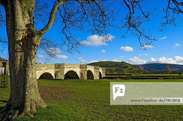 Nationalpark 5 über Brücke Fluss Dorf Yorkshire and the Humber Tal England North Yorkshire Wharfedale
