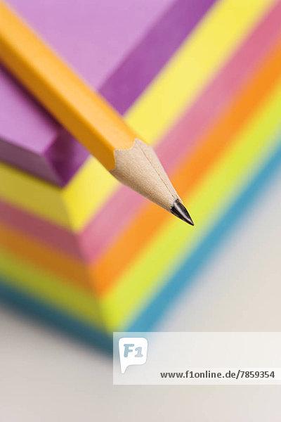 hoch  oben  nahe  Stapel  Farbaufnahme  Farbe  Bleistift  scharf  Felssäule  klebrig