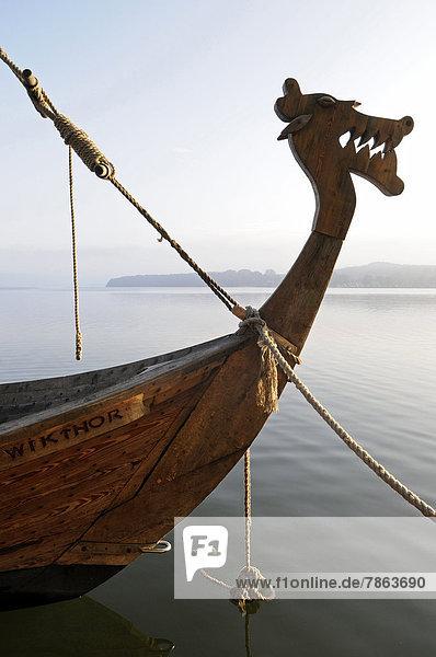 Bug eines Wikingerschiffs auf einem See  Ratzeburg  Schleswig-Holstein  Deutschland