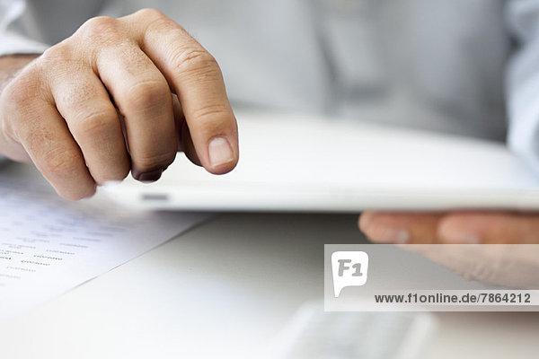 Männerhände mit digitalem Tablett  beschnitten