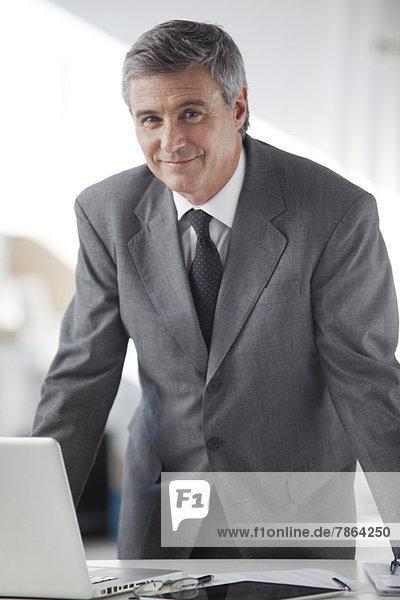 Geschäftsmann im Büro  Porträt