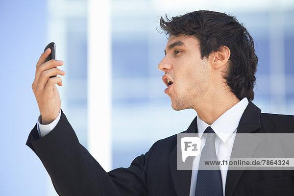 Videogespräche mit jungen Führungskräften auf dem Handy im Freien