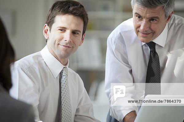 Geschäftspartner  die zusammenarbeiten