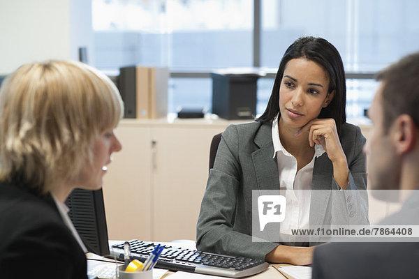 Geschäftsfrauengespräch mit Geschäftspartnern im Büro