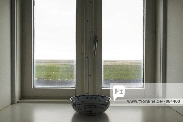 Keramikschale vor dem Fenster