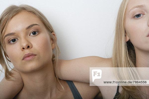 Teenagerin mit Freundin  Portrait