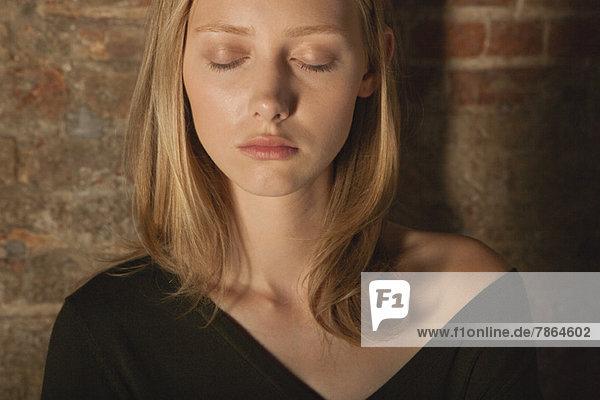 Junge Frau mit geschlossenen Augen  Portrait