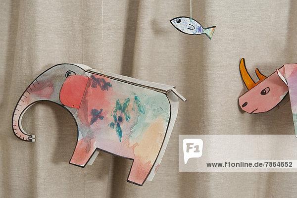 Tierzeichnungen von Kindern  die an Schnüren hängen