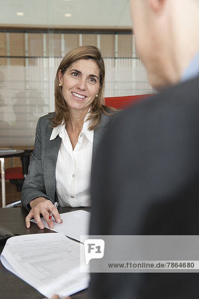 Geschäftsfrau als Assistentin des Kunden im Büro