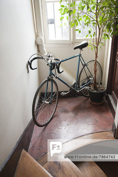 Im Flur geparktes Fahrrad Im Flur geparktes Fahrrad