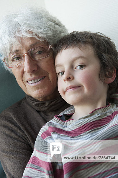Großmutter und junger Enkel  Portrait