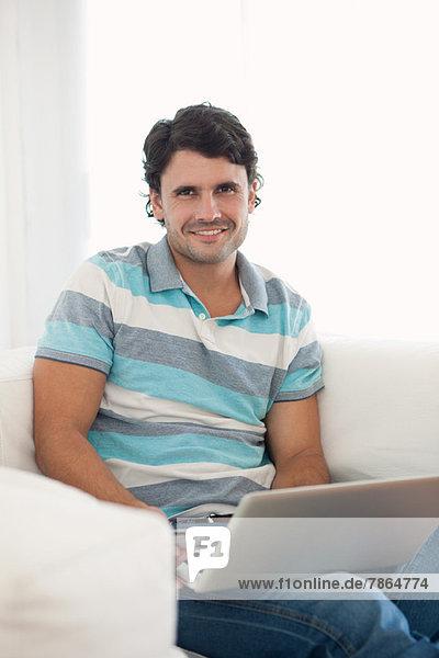 Mann mit Laptop zu Hause  Portrait