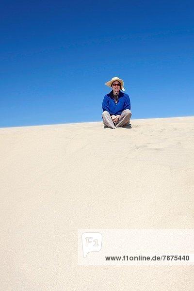 sitzend  Frau  Hut  Sand  Düne  Oregon