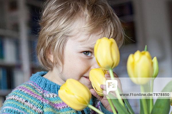 Blondes Mädchen mit Tulpen