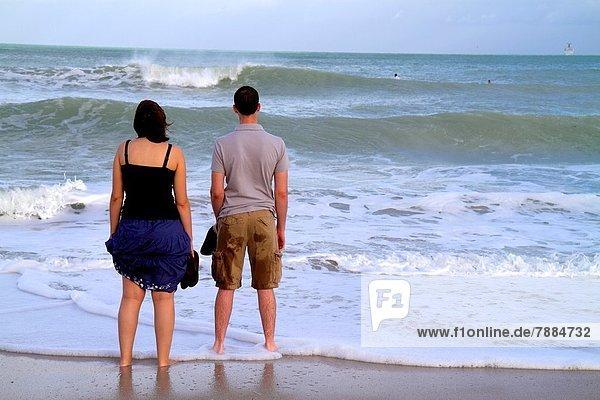Wasserrand  stehend  Wasser  Frau  Mann  blicken  Strand  beobachten  Atlantischer Ozean  Atlantik  Florida  Miami Beach  Brandung