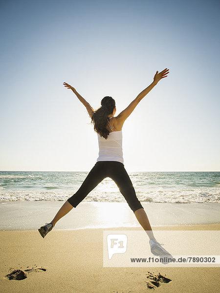 Frau  Fröhlichkeit  Strand  springen  mischen  Mixed