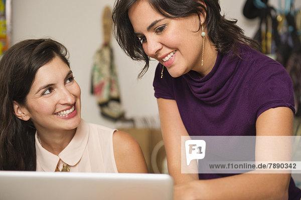Zusammenhalt  Geschäftsfrau  arbeiten  Hispanier