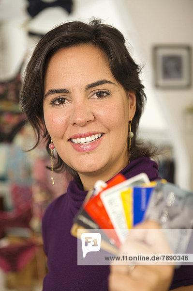 Frau  Hispanier  halten  Kredit  Karte  Laden