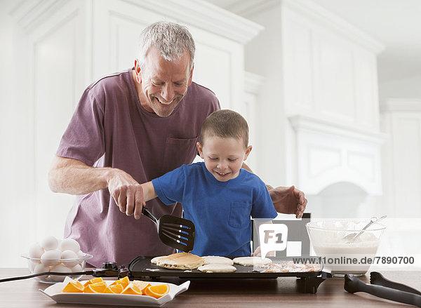 kochen Europäer Menschlicher Vater Sohn Frühstück