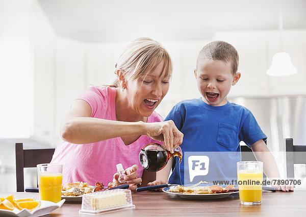 Europäer  Sohn  Mutter - Mensch  Frühstück