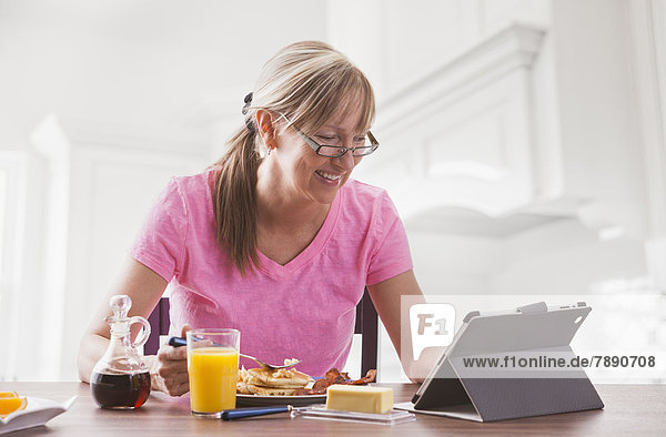 benutzen  Europäer  Frau  Computer  Frühstück