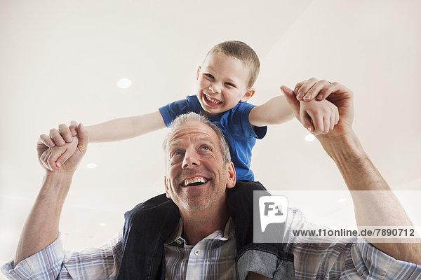 Europäer  Mann  tragen  Sohn  Menschliche Schulter  Schultern