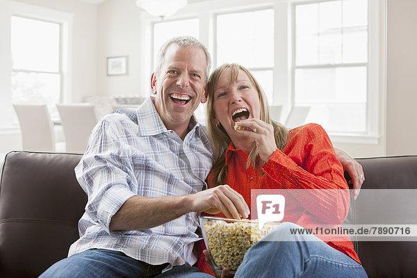 Europäer  Couch  essen  essend  isst  Popcorn