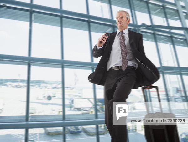 Europäer  Geschäftsmann  Hektik  Druck  hektisch  Flughafen