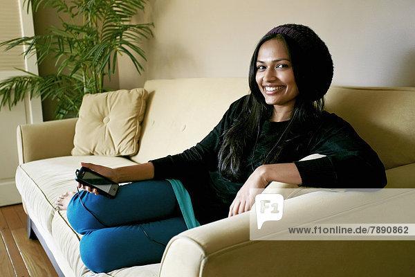 Handy  benutzen  Frau  Couch  Indianer
