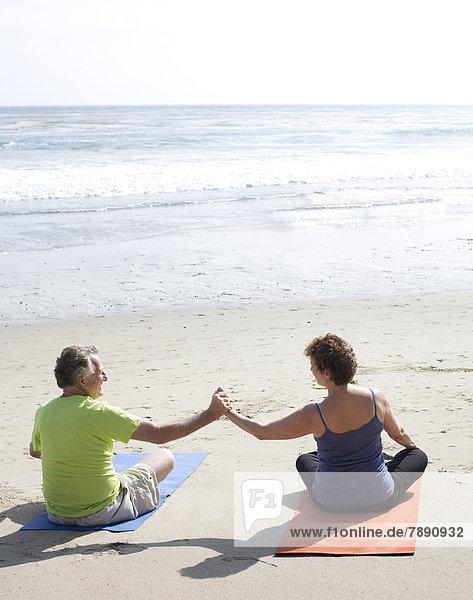 Europäer  Strand  üben  Yoga