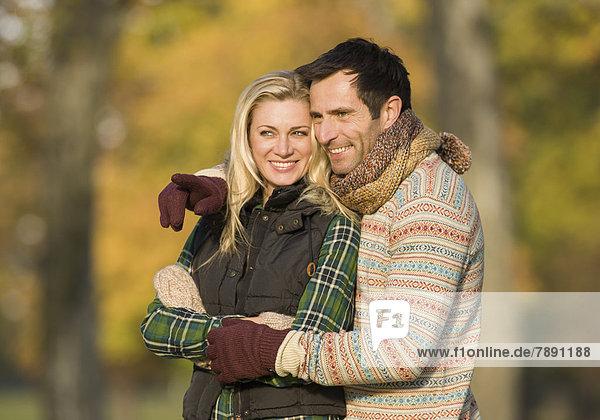 Glückliches Paar in herbstlicher Natur