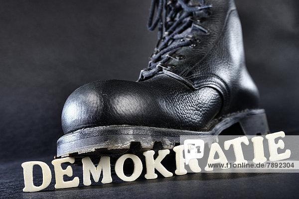 Schriftzug ''demokratie'' Auf Auf Springerstiefel Schriftzug Demokratie ''demokratie'' Springerstiefel Demokratie vPN0wm8nOy