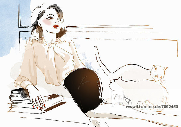 Stilvolle Frau auf einer Couch mit Büchern und Katzen