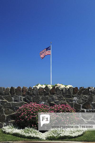 Vereinigte Staaten von Amerika  USA  Amerikanische Flagge  Flaggen  Sternenbanner  Stars and Stripes   Steinmauer  Blume  Neuengland  Massachusetts