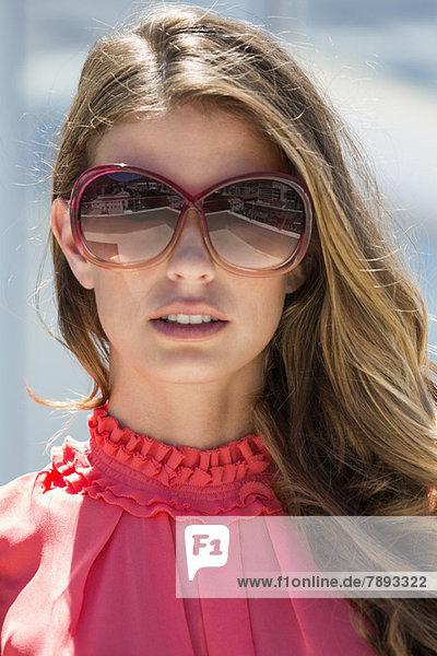 Nahaufnahme einer Frau mit Sonnenbrille