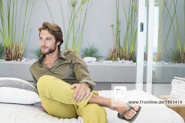 Mann sitzt zu Hause