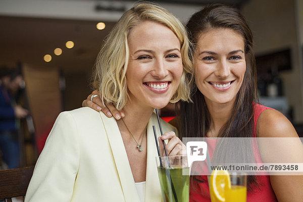 Zwei Freundinnen bei einem Drink in einem Restaurant