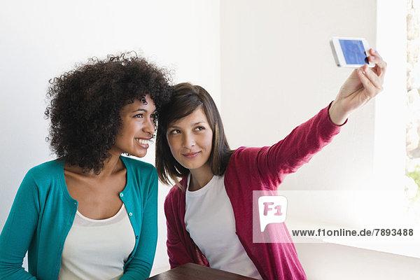 Freunde beim Fotografieren mit dem Handy