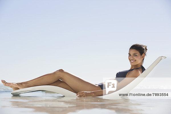 Schöne Frau beim Sonnenbaden am Strand