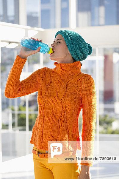 Frau trinkt Wasser aus der Flasche