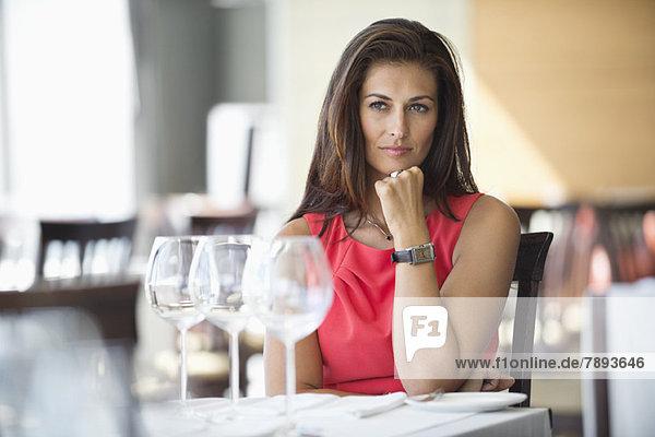 Eine Frau  die in einem Restaurant sitzt und nachdenkt.