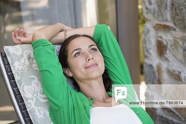 Frau entspannt auf einem Sessel